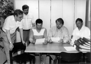 Tekolan kauppakirjan allekirjoitus 31.7.1987. Vas. I.Pikkola, Kari Lehtiniemi(rakentaja), V.Pussinen Ups pj, T.Mäklin Au pjsiht, P.Hytönen Au pj