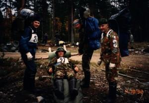 Jääkärijotos Laihialla 1992. Kaisko makaa loukkaantuneena purilailla, Kylmälä ja Niemelä ovat valmiina vetämään, Mäki tarkkailee