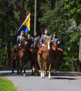 34 Kerhon vanha lippu siirtyy Janne Kurkisen johtaman Hämeen Eskadroonan perinneratsuosaston voimin kohti Kangasalan museota